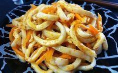 Кальмар по-корейски очищенные тушки кальмаров - 1 кг. -морковь - 2 или 3 шт. -масло раст.- 2 или 3 ст. л. -лук репчатый - 1 шт. -чеснок - 2 или 3 зуб. -уксус 70% - 1 ч.л. -соль - по вкусу -сахар - 1/2 ч.л. -кунжутное семя - по вкусу -черный и красный молотый перец - по вкусу