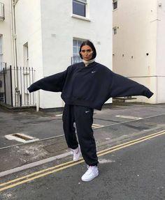 Nike Mini Swoosh oversized black sweatshirt comfortable look! Hip Hop Outfits, Retro Outfits, Trendy Outfits, Skater Outfits, Sporty Outfits, Disney Outfits, Dress Outfits, Winter Fashion Outfits, Look Fashion