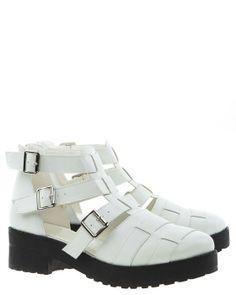 Vita skor med breda remmar och öppen sida. Svarta rejäla sulor.Dragkedja baktill och tre spännen.