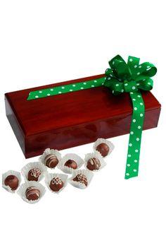 Nada mas tradicional y delicioso que unos buenos chocolates / bombones / trufas, y que mejor que regalas chocolates en una hermosa cada en madera pino con acabado en color con laca semi brillante. Un regalo que nunca falla, un regalo que todos quieren recibir, un regalo disponible en La Confitería, tu tienda online de entrega de regalos en Colombia. Chocolates, Cute, Color, Gifts For Women, Birthday Gifts, Gifts For My Boyfriend, Business Gifts, Anniversary Gifts, Fails