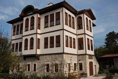 Dededen kalma evini butik otel yaptı - Safranbolu'nun simgesel yapılarından Paçacıoğlu Bağ Evi, 4 yıl süren restorasyonun ardından 8 odası ile hizmet vermeye başladı. Yaklaşık 130 yıllık binanın yerden tavan döşemelerine kadar orijinal hali korundu.