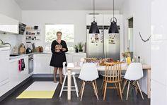 Ruokapöydän ympärillä on Charles ja Ray Eamesin tuoleja. Ikilevypintainen Artekin pöytä on helppo pitää puhtaana.