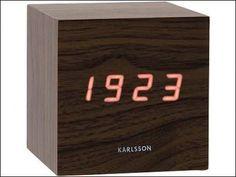 De Karlsson LED cube lijkt bijna onwerkelijk, een blok hout met de tijd er in? De klok fungeert ook als wekker.