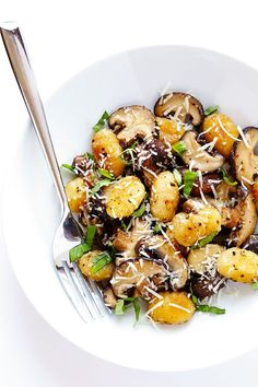 This Toasted Gnocchi with Mushrooms, Basil and Parmesan recipe only takes about 30 minutes to prepare, it's nice and hearty, and full of absolutely delicious flavors! | gimmesomeoven.com (Gluten-Free / Vegetarian)