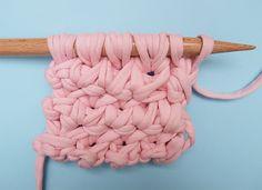 Hola knitters!En este post os vamos a mostrar cómo aprender a tejer una nueva técnica: punto nudo trenzado.Es un punto que a simple vista puede parecer complicado en ejecución pero es una técnica muy sencilla, con la que puedes tejer bufandas de lana, jerseys y todos complementos WAK que se te ocurran.Ahora os vamos a explicar cómo tejer este maravilloso punto :)1º. Montamos un número de puntos múltiplo de 3 + 1 punto. 2º. Cogemos los 3 primeros puntos con nuestra aguja derecha WAK, y sin…