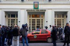 La Justicia allana la sede de la AFA http://www.ambitosur.com.ar/la-justicia-allana-la-sede-de-la-afa/ El operativo es en el marco de un expediente que se inició por la denuncia de la legisladora Graciela Ocaña.    Por orden de la Justicia, efectivos de la división Defraudaciones y Estafas de la Policía Federal realizan un allanamiento en la sede de la Asociación del Fútbol Argentino. Según informaron fuentes
