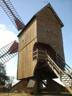Moinho de vento, vista posterior, em Bois de Feugères, Bouville, Eure-et-Loir, Centro, na França. O Moinho Pelard foi construído em 1796, de propriedade da família Pelard por gerações. Sua principal função era a produção era farinha de trigo.  Fotografia:  Laurent Manganello.