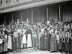 Imigrantes europeus fotografados em frente à Hospedaria dos Imigrantes em São Paulo. Fotografia de Guilherme Gaensly (1843-1928)