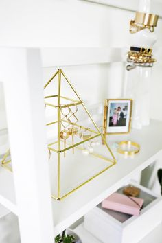 With mesh in the bottom. Brass Earring Pyramid DIY (click through for more) Earring Hanger, Jewelry Hanger, Earring Display, Jewellery Display, Diy Jewelry, Beautiful Mess, Cool Diy, Diy Projects, Brass