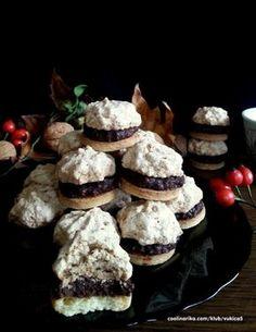 Lískoořtíškové pyramidky Velmi chutné sušenky, které provoní celý byt. Kombinace čokolády a mletých lískovým oříšků je neodolatelná.