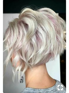 Coupes et balayage - Hair Hair Hair - cheveux Short Choppy Haircuts, Short Bob Hairstyles, Short Hair Cuts, Cool Hairstyles, Short Shaggy Bob, Short Wavy, Hairstyles 2018, Hairstyles And Color, Concave Bob Hairstyles