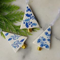 Set with 3 blue and white ceramic trees Christmas decoration by Gisela Graham – Scandinavian boutique – hyggestyle. Ceramic Christmas Decorations, Scandinavian Christmas Decorations, Ceramic Christmas Trees, Christmas Tree Decorations, Christmas Tree Ornaments, Christmas Stockings, Table Decorations, Danish Christmas, Polymer Clay Christmas