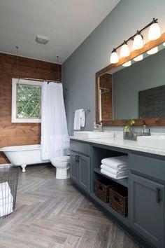 Fenêtre blanc, mur bois foncé, peinture gris clair