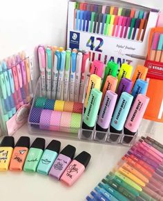 DIY Back to School Supplies fr jedes Jugendliche - for .Groartige DIY Back to School Supplies fr jedes Jugendliche - for . Stationary Organization, School Supplies Organization, Desk Organization, Cute Stationary School Supplies, Office Storage, Desk Office, Diy Storage, Stationary For School, Back To School Organization For Teens