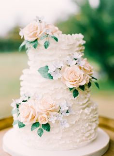 Garden wedding cake perfection: http://www.stylemepretty.com/texas-weddings/austin/2015/04/14/elegant-garden-wedding-in-hill-country/ | Photography: Mint - http://mymintphotography.com/