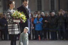 Neugierig linst die kleine Prinzessin Estelle an den Beinen ihrer Eltern Victoria und Daniel von Schweden vorbei. Foto: dpa http://www.stuttgarter-zeitung.de/inhalt.victoria-und-daniel-von-schweden-estelle-bezaubert-die-stockholmer.a521bcc4-201e-4564-9b82-3267cbe4162d.html