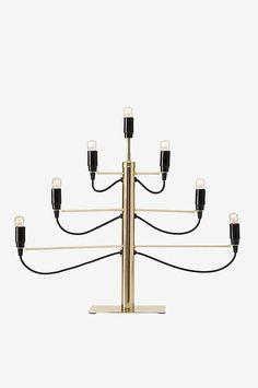 Adventsljusstake i modern design av metall. För 7 lampor. Bredd 60 dm, höjd 55 cm. Sladd med strömbrytare, sladdlängd 1,8 m. Ljuskällor ingår ej. Olika typer av glödlampor har stor påverkan på stil och utseende hos ljusstaken. Testa gärna med olika ljuskällor och prova dig fram till ditt eget uttryck.