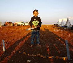 Azez'deki sıcak gelişmeler nedeniyle göç edenler için kurduğumuz zeytinlik bölgesinde bir çocuk nöbet bekliyormuş nedenini sorduğumuzda kampa düşman gelirse evini koruyacağını söyledi :) #Photo by: @olumvarhaci  #Syrian #Syria #Suriye #Refugee #Mülteci #Azaz #Azez #Aleppo #Halep by ihhinsaniyardim #masiva http://masiva.org