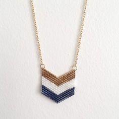 Collier pendentif tissage miyuki - doré, blanc et bleu