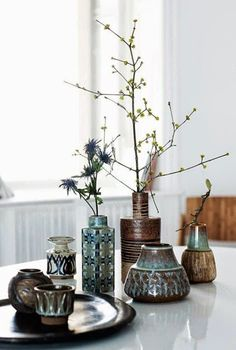 Cómo decorar mesas de centro | Decorar tu casa es facilisimo.com Glass Vase, Home Decor, Ideas, Plants, Homes, Homemade Home Decor, Interior Design, Decoration Home, Home Interiors