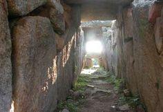 TOMBA DEI GIGANTI DI SU MONTE E S'APE Olbia 1800 - 1100 A.C. Dopo aver percorso la strada Olbia-Loiri, all'altezza del km 3,3, si percorre un sentiero segnalato da cartelli.