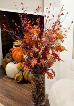 eine vase mit herbstblätter arrangieren