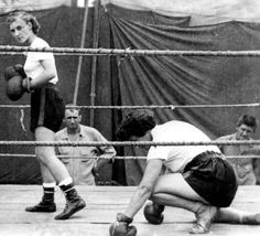 vintage everyday: Old Photos of Women Boxing. Old funny photos of women boxing Vintage Box, Vintage Ladies, Female Boxers, Ghost In The Machine, Boxing Champions, Women Boxing, Female Fighter, Tough Girl, Sweat It Out