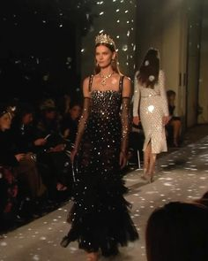 Dolce & Gabbana Look Fall Winter 2018 / 2019 Collection. Haute Couture Gowns, Couture Dresses, Fashion Dresses, Runway Fashion, Couture Fashion, High Fashion, Award Show Dresses, Fashion Videos, Beautiful Gowns