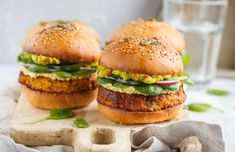 Want some healthy veggie burger recipes? These plant-based burgers are packed with plant-based protein and extraordinary flavors. Black Bean Burgers, Burger Recipes, Vegan Recipes, Plant Based Burgers, Veggie Burgers, Vegetarian Burgers, Turkey Burgers, Meals Without Meat, Chicken Meal Prep