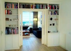 Een perfect ingebouwde en kamerhoge boekenkast heeft een prachtige uitstraling en geeft uw woonkamer of werkkamer een geweldige sfeer. #intia #interieur #bouw #meubelmakerij #tilburg #boekenkast #woonkamer