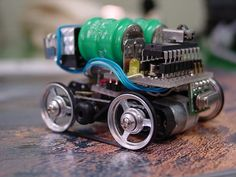Micro Electronic robots | Flickr - Photo Sharing! Electronics Projects For Beginners, Electronics Mini Projects, Diy Electronics, Robotics Projects, Arduino Projects, Micro Rc Cars, Sumo Robot, Irrigation Timer, Mobile Robot