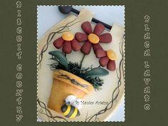 Placa para porta de lavabo ou toilette. Placa em madeira MDF, flores em biscuit country e vaso em cerâmica. R$ 50,00