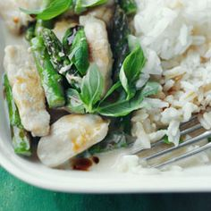 green curry chicken and asparagus Green Curry Chicken, Easy Chicken Curry, Polish Recipes, Lunches And Dinners, Asparagus, Feta, Dinner Recipes, Favorite Recipes, Cooking