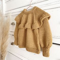 Knitted Ruffle Sweater for girl – Pattern & Tutorial Baby Sweater Knitting Pattern, Baby Knitting Patterns, Sweater Patterns, Stitch Patterns, Baby Girl Sweaters, Sweaters For Girls, Knitting For Kids, Loom Knitting, Hand Knitting