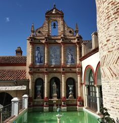Checked-in at the 'Casa Rural' hotel @elpalaciodesanbenito. Dating back to 15th Century this family home has an aristocratic theatrical and gloriously eccentric ambiance. Chock-full of art artefacts and colourful historic design this characterful house and chapel was also a testing stop for pilgrims on the Camino De Santiago heading north to join the main pilgrimage route.  This hotel is in Cazalla de la Sierra a small yet architecturally striking town in the mountain natural park north of…