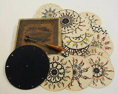 Le phénakistiscope est un des premiers appareils permettant de voir des images en mouvement et un précurseur du cinéma, il a été inventé par le belge Joseph Plateau en 1832. La mouvement d'une scène est découpé en 10 à 12 étapes qui sont disposées sur la circonférence d'un disque en carton et séparées par des …