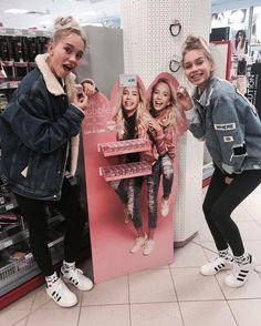 Lisa and Lena with the LeLi invisbobble (Pinterest: nienkedehaan14) Ik wantt!!