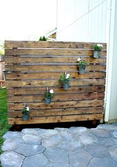 DIY Patio Privacy Screens Ideas and Tutorials! including from 'design dining and diapers' this nice DIY garden slat wall. Garden Privacy Screen, Privacy Fence Designs, Backyard Privacy, Backyard Patio, Backyard Landscaping, Outdoor Privacy Screens, Privacy Walls, Privacy Fences, Wedding Backyard
