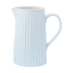 In diesem nostalgischen Krug aus der Serie Everyday von Greengate können Sie vieles servieren. Ob mit Milch, Saft oder Wasser gefüllt, so zaubern Sie skandinavisches Urlaubsfeeling in Ihr Zuhause. Übrigens auch sehr schön als Blumenvase verwendbar. In verschiedenen Farben sowie in zwei Größen erhältlich.