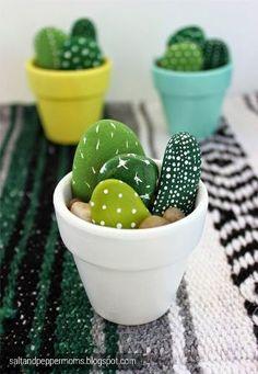 """// DIY Familial#67 : des galets cactus // """"Dans la vie, il y a des cactus, moi je me pique de le savoir !"""" On vous rassure, ces cactus là sont totalement inoffensifs. Mais ils seront du plus bel effet..."""