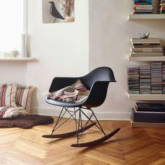 """Fauteuil design VITRA """"plastic chair RAR"""", Charles et Ray Eames - Design Market Vitra Chair, Eames Rocking Chair, Eames Chairs, Eames Design, Plastic Rocking Chair, Salon Styling Chairs, Contemporary Chairs, Charles & Ray Eames, Swinging Chair"""