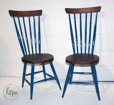 Sillas bacalao antiguas de madera, totalmente restauradas en color madera y azul.
