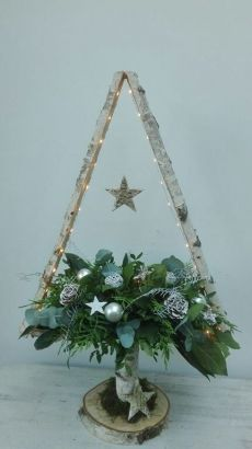 Newest Pics Spring Wreath flowers Suggestions Find some very simple the way to compliment for wreath building and make up a gorgeous outdoors spri Pallet Christmas, Diy Christmas Tree, Christmas Projects, Handmade Christmas, Christmas Holidays, Christmas Wreaths, Christmas Ornaments, Easter Wreaths, Yarn Wreaths
