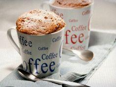 Bolo de café na caneca coberto com capuccino em pó