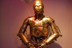 ¿Y si el androide C-3PO de la Guerra de las Galaxias fuera una mujer? Podría parecerse a Nadine, un robot social capaz de reconocer a personas diseñado por investigadores de la Universidad Tecnológica de Nanyang