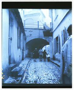Lublin, People walking down Podzamcze Street at Zasrana gate, Roman Vishniac 1938
