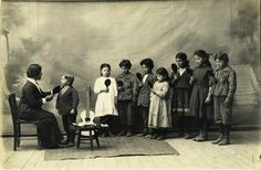 In deaf children of Anatolia College (only school for deaf children in the Ottoman Empire) had speech lessons. With the help of a mirror and a teacher, they cultivated their joints mouth. Deaf School, School Days, Singing School, Belle Epoque, Deaf Sign, Art Nouveau, Deaf Children, Young Children, World Teachers
