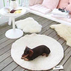 Runde Teppiche passen in jedes Zimmer gut. Egal ob unter einem Tisch oder Mitte eines Raums: Damit kann man kreativ sein und sich neue #Einrichtungsideen einfallen lassen! Finden SIe mehr #Inspiration zur Einrichtung Ihrer Wohnung hier: http://www.sukhi.de/inspiration