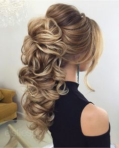 Beautiful Bridal hairstyle for long hair to inspire you - This stunning wedding hairstyle for long hair is perfect for wedding day,Wedding Hairstyle ideas