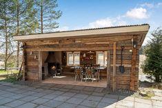 Erähenkinen kesäkeittiö joen rannalla Outdoor Garden Sheds, Backyard Sheds, Backyard Landscaping, Rustic Outdoor Kitchens, Outdoor Rooms, Outdoor Living, Outdoor Decor, Backyard Bar, Backyard Retreat